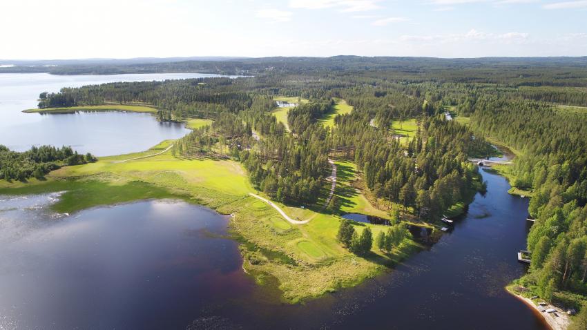 Kuvassa Oulujärven rantaa ja Paltamon golfkenttää kesäpäivänä.