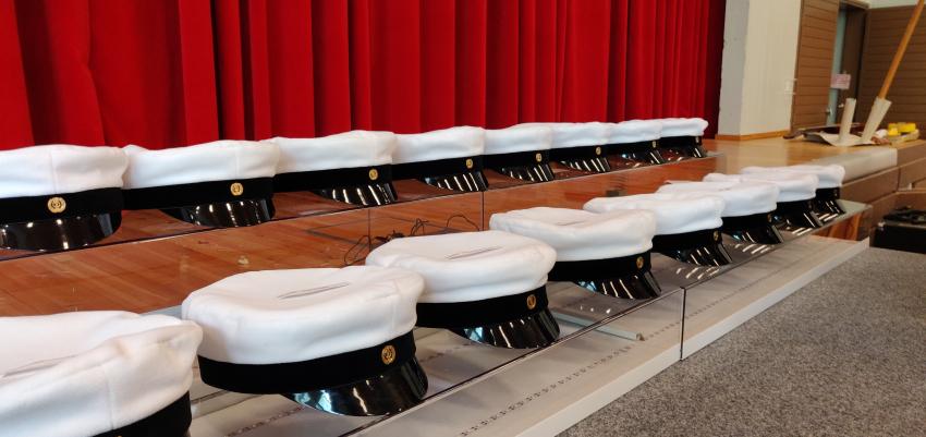 Ylioppilaslakit pöydällä. Kuva Sonja Klemetti